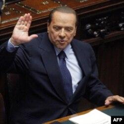 Berlusconi hükümeti zor günler geçiriyor