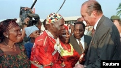 Nkumu Mokonzi Makoko ya Bateke (C) na molongani wa ye Galifourou bazali kopesa mbote na mokonzi ya France Jacques Chriac na Brazzaville, 17 juillet 1996.