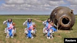 26일 중국의 세 우주비행사가 무사히 지구로 귀환한 후 경례를 하고 있다. 왼쪽부터 장샤오광, 녜하이성, 왕야핑.