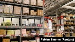 Un employé entre dans le premier magasin IKEA du centre ville de Hambourg, en Allemagne, le 25 juin 2014. (Photo REUTERS/Fabian Bimmer)