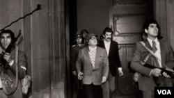 La versión oficial de los golpistas dice que Allende se suicidó con un fusil AK47 que le regaló su amigo Fidel Castro.