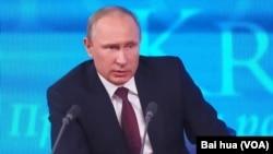 普京在星期四的年度新闻发布会上。(美国之音白桦拍摄)