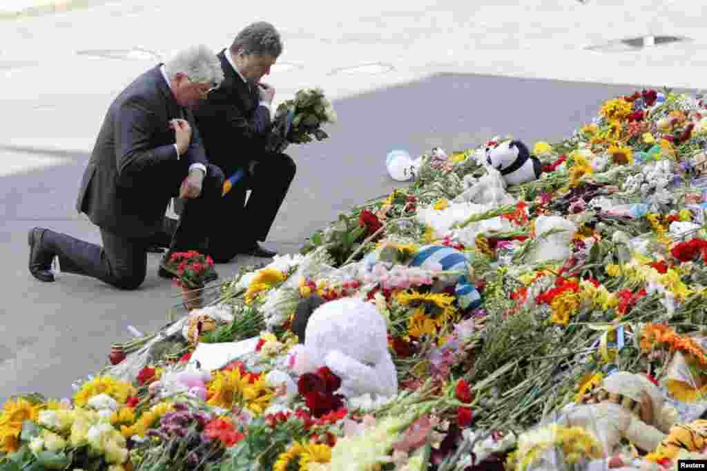 یوکرائن کے صدر پیٹرو پوروشنکو کیف میں نیدر لینڈز کی ایمبیسی کے باہر ہلاک شدگان کو خراج عقیدت پیش کر رہے ہیں۔