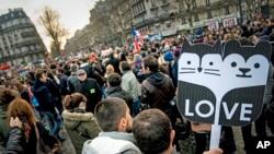 法国巴黎民众就允许同性恋者结婚和领养孩子新法举行示威