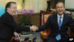 글린 데이비스 미 국무부 대북정책 특별대표가 서울 외교통상부 청사를 방문해 임성남 한반도평화교섭본부장과 악수를 나누고 있다.