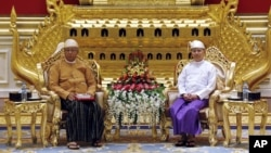 30일 미얀마 네피도 국회에서 거행된 대통령 취임식에서 틴 쩌 신임 대통령(왼쪽)과 테인 세인 대통령이 나란히 앉아 있다.