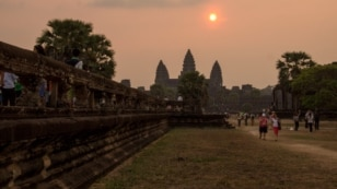 Sunrise over the famed Angkor Wat temple in northern Cambodia, Saturday, March 21, 2015. (Nov Povleakhena/VOA Khmer)