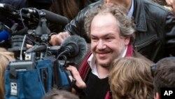 L'écrivain français Mathias Enard répond aux questions des journalistes après avoir reçu son prix, à Paris, 3 novembre 2015. (AP Photo/Jacques Brinon)