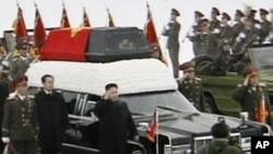 12月28号平壤,北韩新领导人金正恩走在他的父亲金正日的灵柩旁