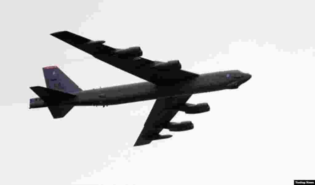 지난 3월 미-한 연합훈련에 참가한 미 공군 F-52 전략폭격기가 평택 하늘을 비행하고 있다.