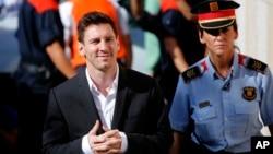 Ngôi sao bóng đá người Argentina Lionel Messi (trái) đến tòa để trả lời các câu hỏi trong vụ gian lận thuế ở Gava, gần Barcelona, Tây Ban Nha, ngày 27 tháng 9 năm 2013.