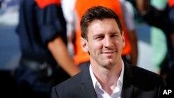 La star du football, l'argentin Lionel Messi arrive à un tribunal pour répondre aux questions dans une affaire de fraude fiscale à Gava, près de Barcelone, Espagne, le 27 septembre 2013.