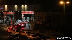 صف خودرو مقابل یک پمپ بنزین در تهران ساعتی پیش از اعمال قیمت های جدید بنزین