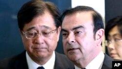 카를로스 곤(오른쪽) 르노-닛산 회장과 오사무 마수코 미쯔비시 자동차 회장이 12일(현지시간) 일본 요코하마에서 공동 기자회견을 마친 뒤 걸어나오고 있다.