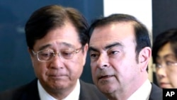 El presidente de Nissan Motor Co. Carlos Ghosn, (derecha) y el presidente de Mitsubishi Motors Corp. Osamu Masuko, realizaron una conferencia de prensa conjunta en Yokohama, cerca de Tokio, el jueves, 12 de mayo de 2016. walk in the venue of their joint press conference in Yokohama, near Tokyo, Thursday, May 12, 2016.