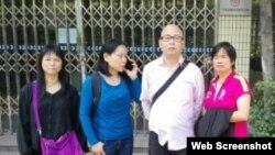 """网友""""秀才江湖""""吴斌与张六毛家人在第三看守所外面(微博、推特网络图片)"""