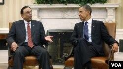 Presiden Barack Obama (kanan) menerima Presiden Pakistan Asif Ali Zardari di Gedung Putih, Jumat (14/1).
