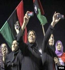 Para perempuan muslim Libya yang ikut membantu perjuangan pemberontak, merayakan kebebasan setelah jatuhnya kekuasaan rezim Gaddafi di ibukota Tripoli (29/8).