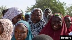 Iyayen da 'yan uwan 'yan matan da aka sace suna ganawa da gwamnan jihar Borno Kashim Shettima, a Chibok, jihar Borno, 22 Afrilu 2014.