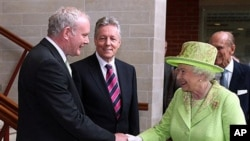 27일 마틴 맥기니스 전 북아일랜드공화군 사령관(왼쪽)과 악수를 나누는 엘리자베스 2세 영국 여왕.