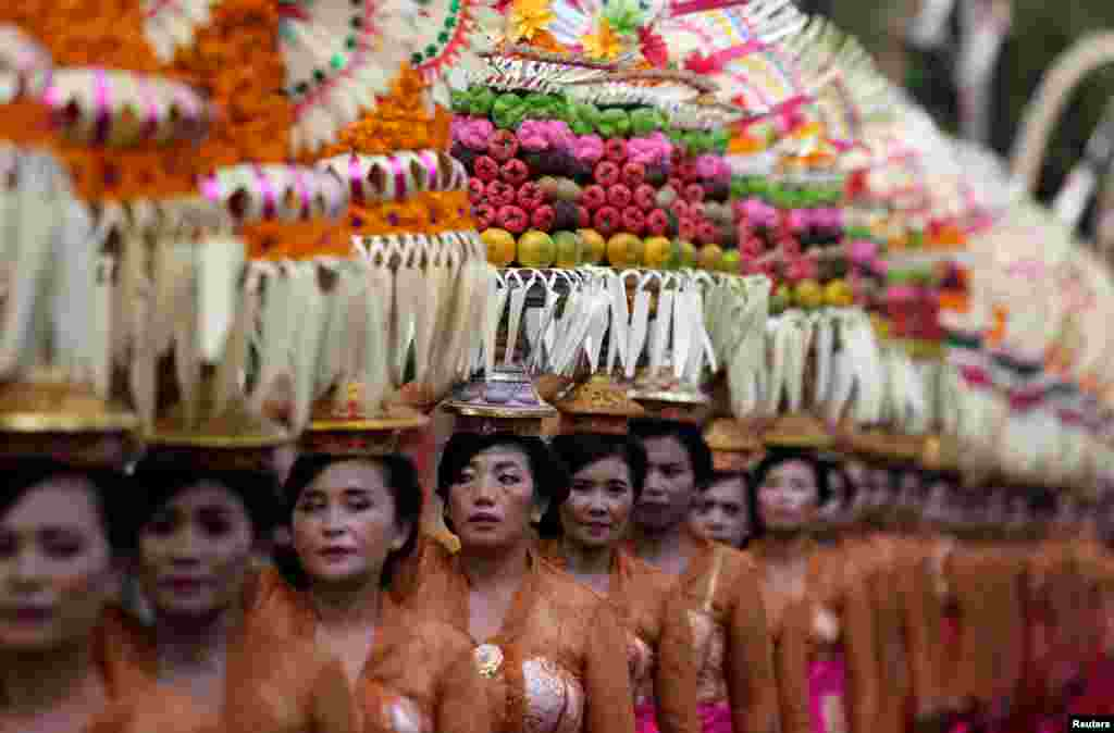 جشنواره سالانه هنر بالی. در این جشنواره که همه ساله در شهر «دنپاسار» در بالی اندونزی برگزار می شود ، انواع هنرهای سنتی و محلی به نمایش در می آید.