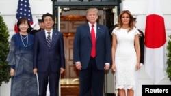 Президент Дональд Трамп и первая леди Мелания Трамп приветствуют премьер-министра Японии Синдзо Абэ и его супругу Аки Абэ в Белом доме, 26 апреля 2019 года