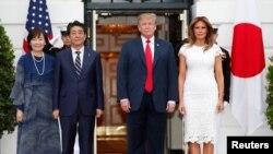 Japanski premijer Šinzo Abe i supruga Aki Abe sa američkim predsednikom Trampom i prvom damom Melanijom pre večere u Beloj kući, 26. aprila 2019.