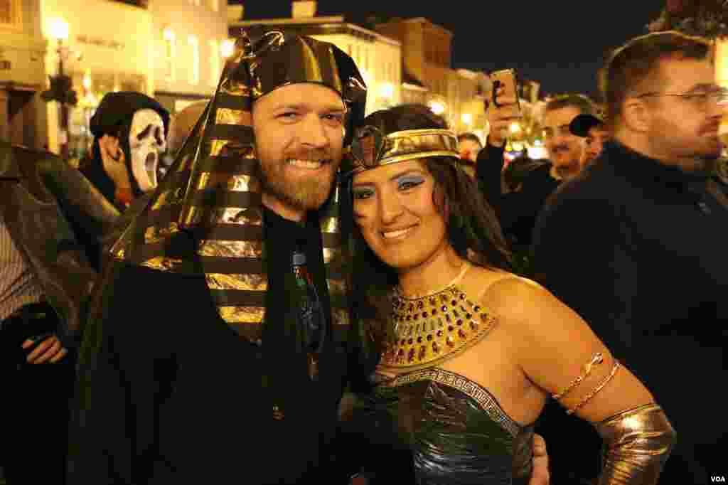 این دو خود را به شکل شاهان مصر باستان در آورده اند.