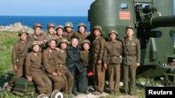 북한 김정은 국방위원회 제1위원장이 동해안 전방의 섬 초소인 웅도방어대를 시찰했다고 조선중앙통신이 7일 보도했다.