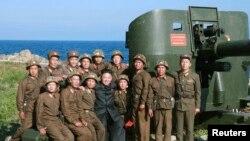 Lãnh tụ Bắc Triều Tiên Kim Jong Un thăm một đơn vị quân đội tiền tuyến ở Ung Islet. (Ảnh do thông tấn xã nhà nước KCNA phát hành, ngày 7/7/2014.)