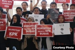 Mahasiswa membawa poster dukungan untuk KPK dalam aksi pada 15 September di kampus UGM. (Foto: Humas)