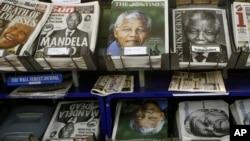 Lice Nelsona Mandele na naslovnim stranama britanske i svetske štampe, na kiosku u Londonu