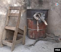 La falta de servicio de gas obliga a muchos a instalar improvisados fogones a leña.
