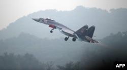 一架俄製蘇-35戰機在廣東珠海的航空展開幕前試飛。(2014年11月10日) AFP