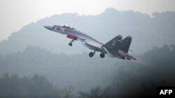 Một chiếc Su-35 của Nga bay thử trước một triển lãm hàng không ở Quảng Đông, Trung Quốc, năm 2014