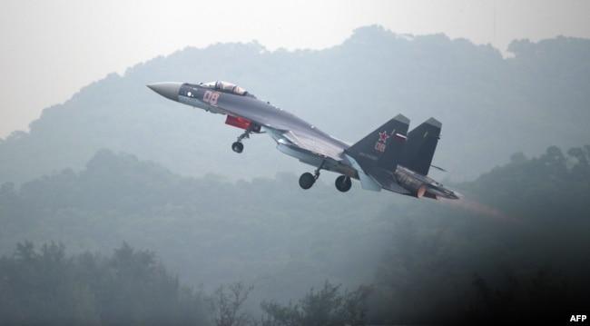 一架俄制苏-35战机在广东珠海的航空展开幕前试飞。(2014年11月10日) AFP
