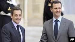 French President Nicolas Sarkozy (L) welcomes Syrian President Bashar al-Assad at the Elysee presidential palace in Paris. 13 Nov 2009