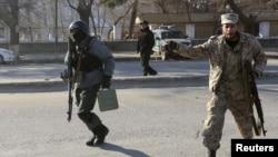 21일 아프가니스탄 카불의 교통경찰 본부에서 자살폭탄 공격이 발생한 가운데, 현장으로 출동하는 경찰들.