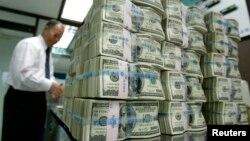 El diario dice que las compañías depositaron $166 mil millones de dólares en bancos en el extranjero el año pasado.