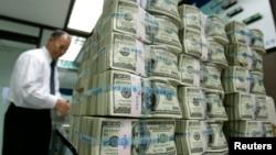 Uno de los primeros efectos de no subirse el techo de la deuda sería el desplome del dólar frente a otras monedas.