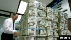 مقام های ایران مدعی هستند که آمریکا مانع معامله بانکهای خارجی با ایران است.