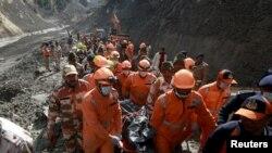 Tim penyelamat mengangkut korban tewas, umumnya pekerja konstruksi, di Uttarakhand, India, Selasa (9/2).