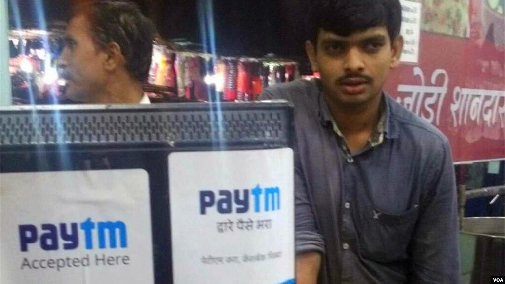 印度在線支付公司Paytm已經進入了印度的很多商家。 中國的阿里巴巴公司是其第一大股東。 (美國之音朱諾拍攝,2017年11月23日)