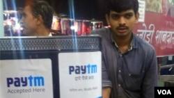 印度在线支付公司Paytm已经进入了印度的很多商家。中国的阿里巴巴公司是其第一大股东。(美国之音朱诺拍摄,2017年11月23日)
