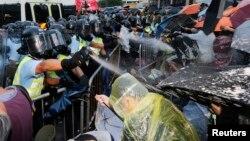 2014年9月28日防暴警察在香港金融区使用对示威者施放催泪弹