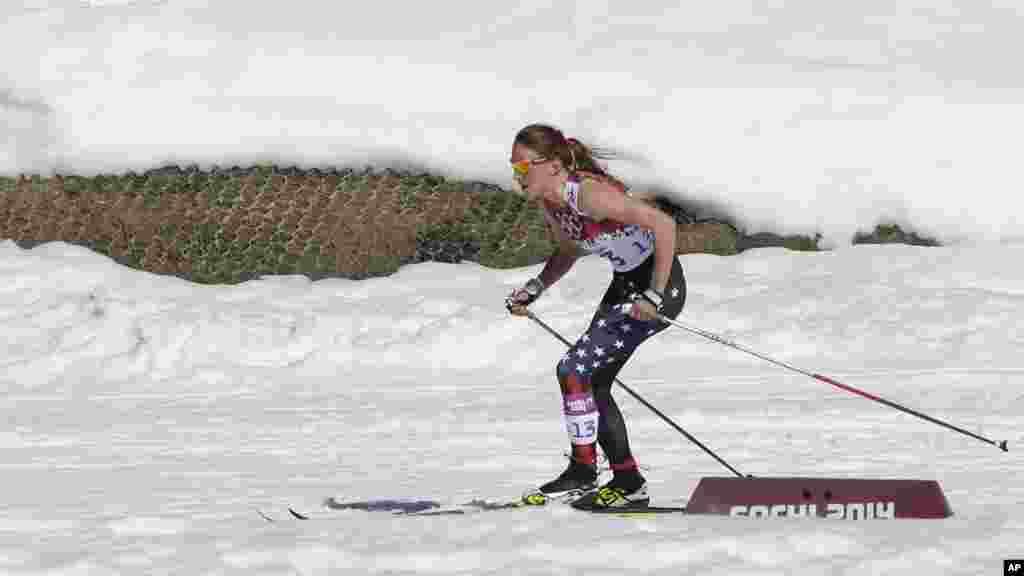 Nữ vận động viên Sophie Caldwell của Mỹ mặc áo tay ngắn trong cuộc đua trượt tuyết băng đồng tại Thế vận hội Sochi, ngày 13/2/2014.