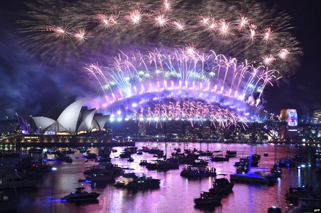 호주 시드니 하버 브리지 위에서 새해맞이 불꽃놀이가 펼쳐지고 있다.