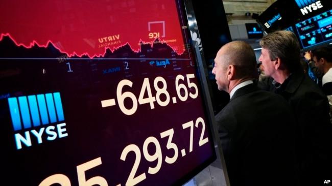 纽约股票交易所显示的道指跌落情况。(2019年5月13日)