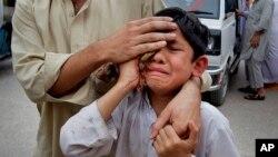 Um rapaz ferido no terramoto
