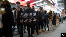 """2019年12月31日香港新年前夕一男子举着""""光复香港,时代革命""""标语牌"""